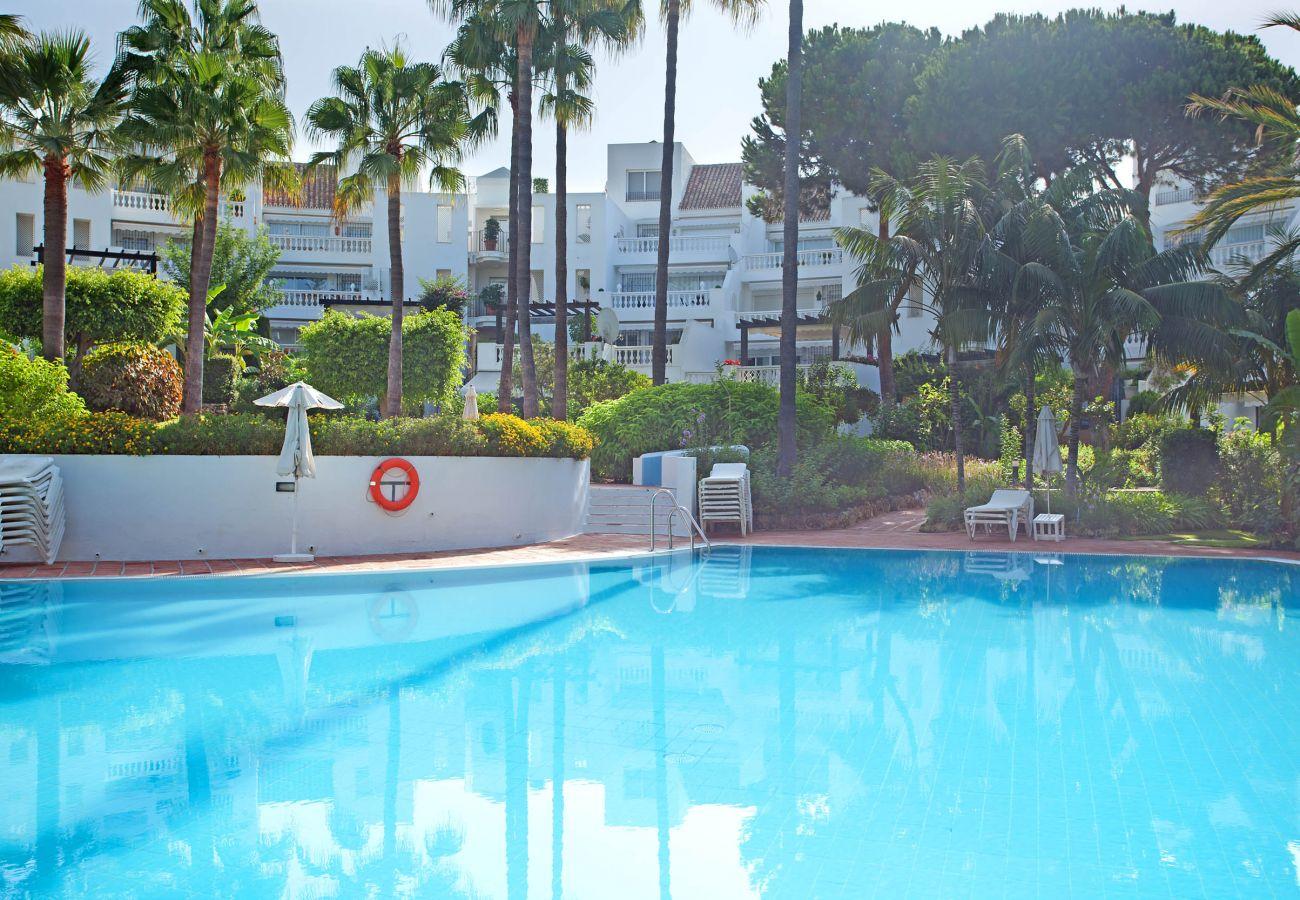 Apartamento en planta baja en White Pearl Beach Elviria, disponible para alquiler vacacional